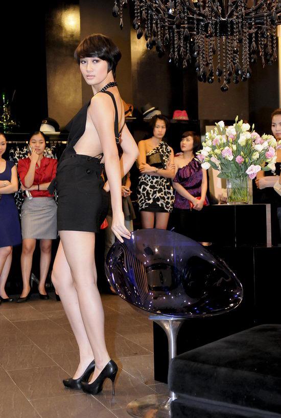 Kiều nữ Venus giúp bạn gái chọn váy hàng hiệu - 6