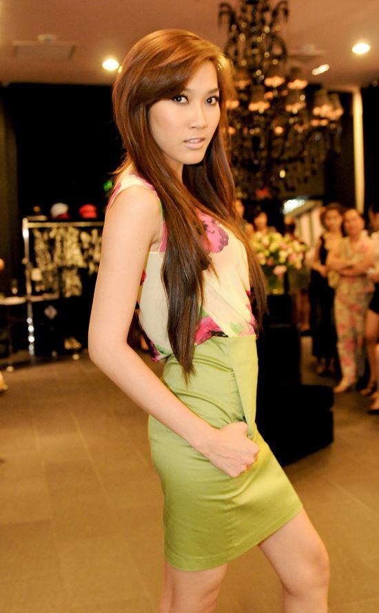 Kiều nữ Venus giúp bạn gái chọn váy hàng hiệu - 15