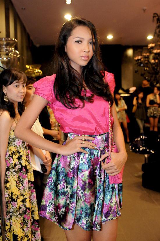 Kiều nữ Venus giúp bạn gái chọn váy hàng hiệu - 17