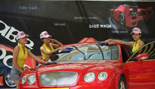 """Xuất hiện """"chân dài"""" rửa xe tại Hà Nội - 3"""