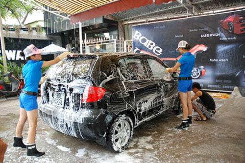 """Xuất hiện """"chân dài"""" rửa xe tại Hà Nội - 8"""