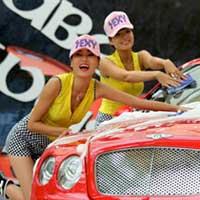 """Xuất hiện """"chân dài"""" rửa xe tại Hà Nội"""