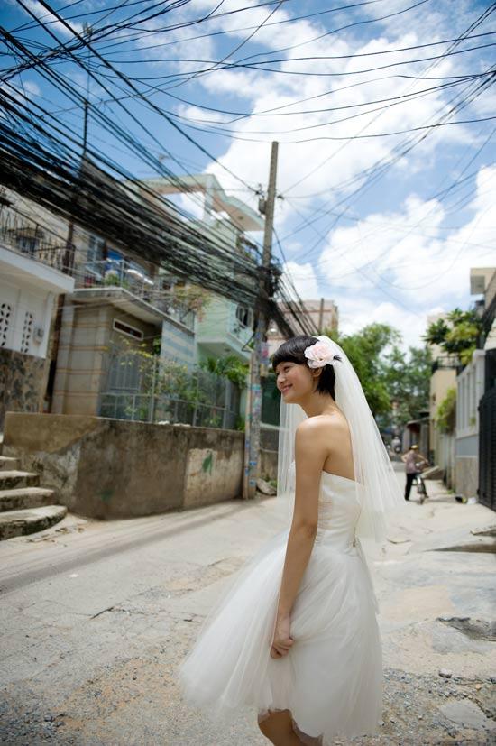Mặc váy cưới ngắn xinh như Triệu Trang - 10