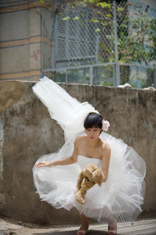 Mặc váy cưới ngắn xinh như Triệu Trang - 17
