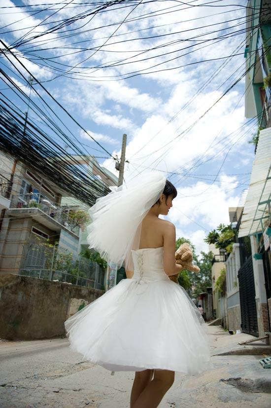 Mặc váy cưới ngắn xinh như Triệu Trang - 11