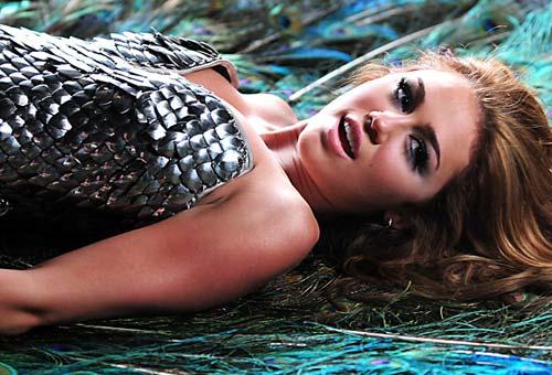 Miley Cyrus: Nghiện ngập, say xỉn, hôn gái và… - 1