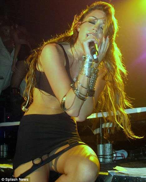 Miley Cyrus: Nghiện ngập, say xỉn, hôn gái và… - 5