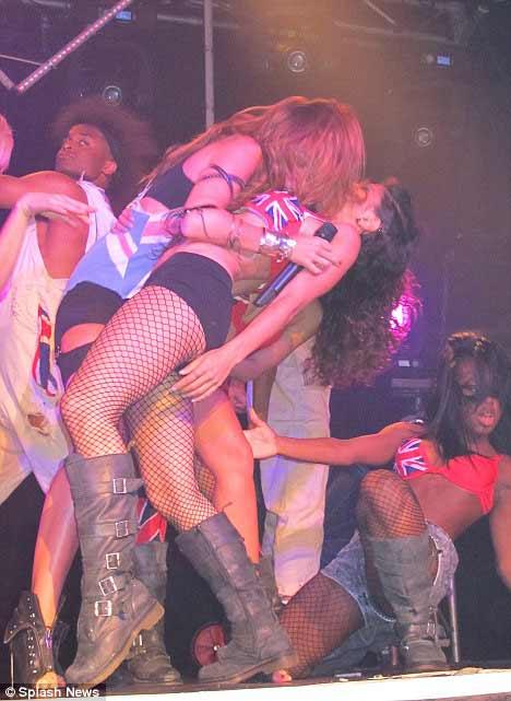 Miley Cyrus: Nghiện ngập, say xỉn, hôn gái và… - 6