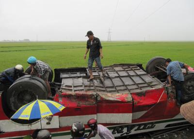 Vụ lật xe khách kinh hoàng ở Nghệ An - 2