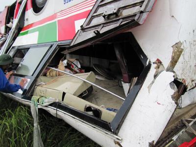 Vụ lật xe khách kinh hoàng ở Nghệ An - 3