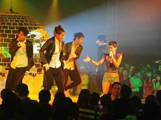 """Ngô Thanh Vân nhảy cực """"bốc"""" cùng vũ điệu ánh sáng - 6"""