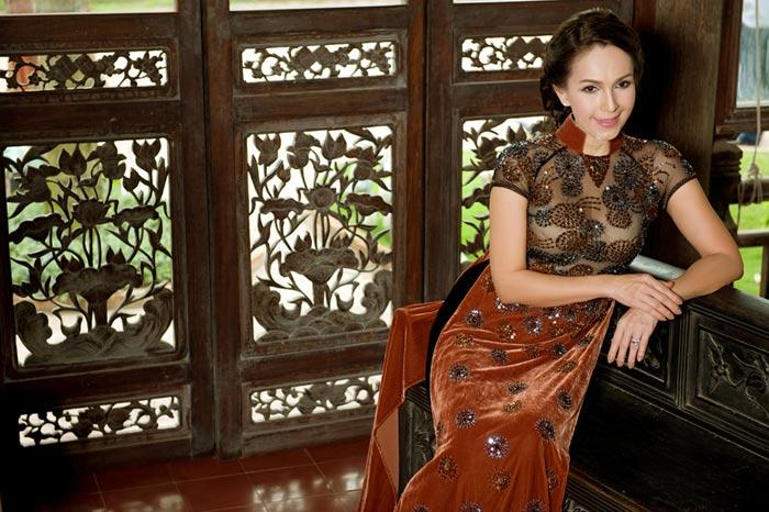Diễm My và Lê Khanh mặc áo dài mừng đại lễ - 1