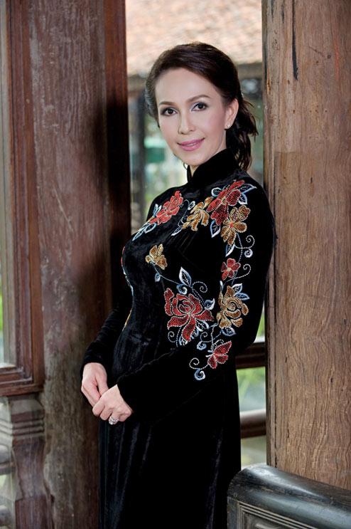 Diễm My và Lê Khanh mặc áo dài mừng đại lễ - 18