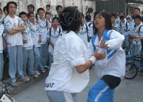 """Nữ sinh đánh nhau để """"giành"""" bạn trai - 1"""