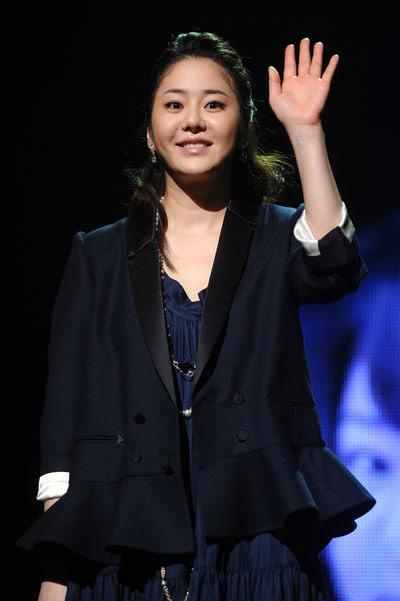 Go Hyun Jung 'ra riêng' cùng em trai - 1