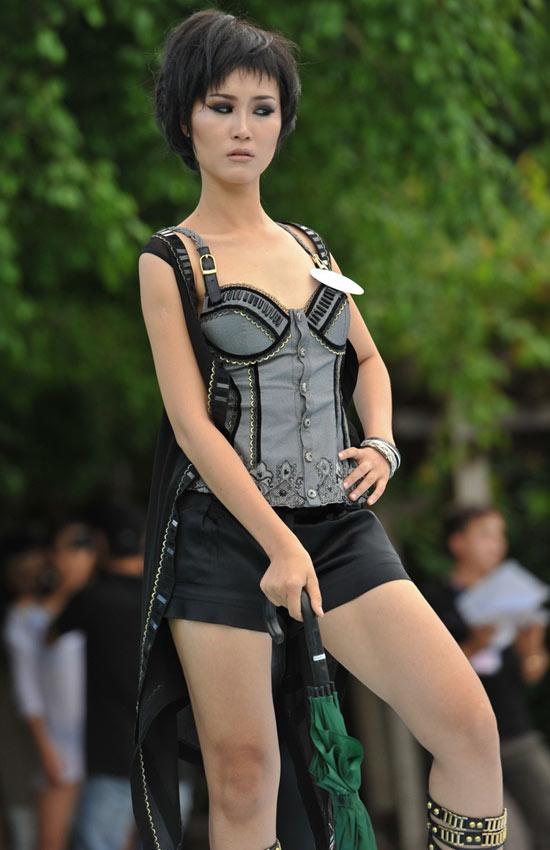 Siêu mẫu 2010 bắt đầu tranh tài - 17