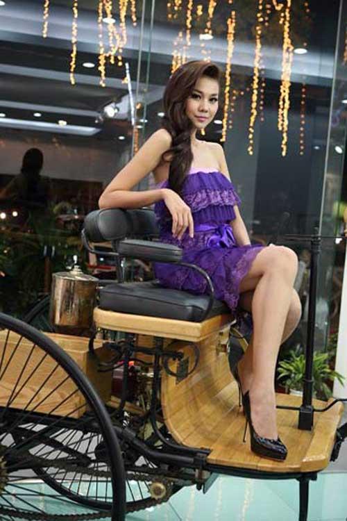 Siêu mẫu Thanh Hằng khoe dáng bên xe cổ - 1