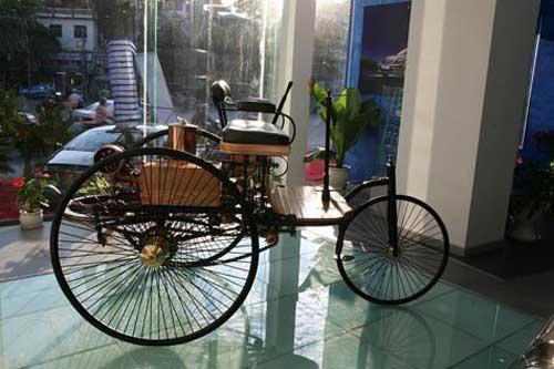 Siêu mẫu Thanh Hằng khoe dáng bên xe cổ - 2