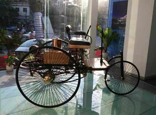 Siêu mẫu Thanh Hằng khoe dáng bên xe cổ - 4