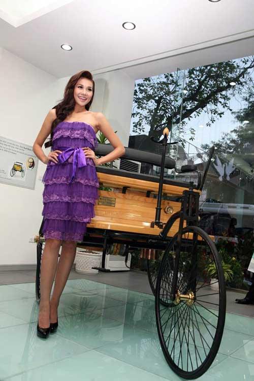 Siêu mẫu Thanh Hằng khoe dáng bên xe cổ - 5