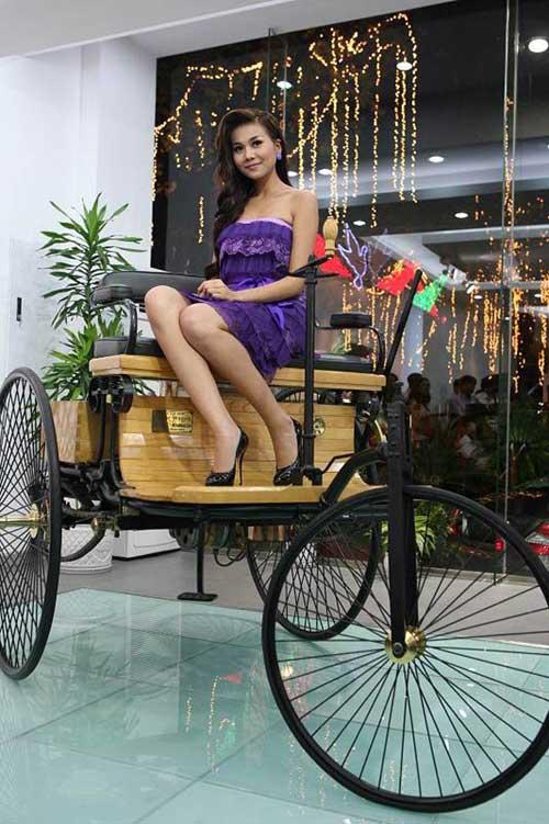 Siêu mẫu Thanh Hằng khoe dáng bên xe cổ - 6