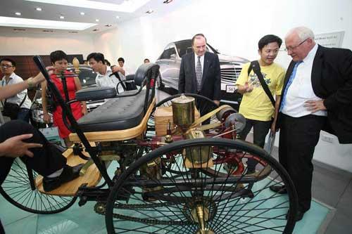 Siêu mẫu Thanh Hằng khoe dáng bên xe cổ - 10