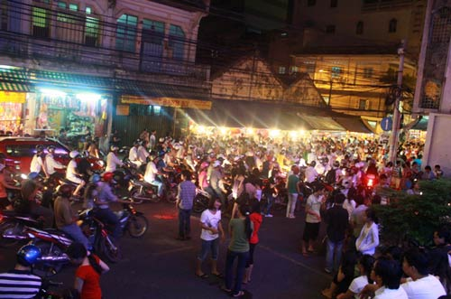 Chen chân ở phố đèn lồng Sài thành - 1