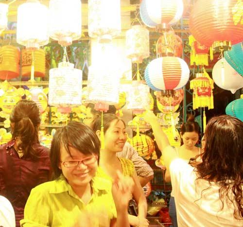 Chen chân ở phố đèn lồng Sài thành - 2