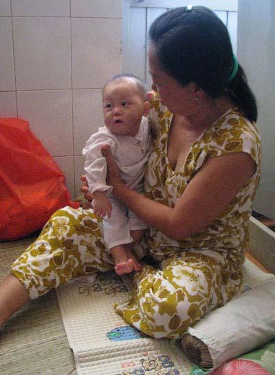 Hình ảnh về bé 9 tháng tuổi bị hành hạ dã man - 3