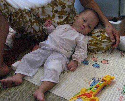 Hình ảnh về bé 9 tháng tuổi bị hành hạ dã man - 7