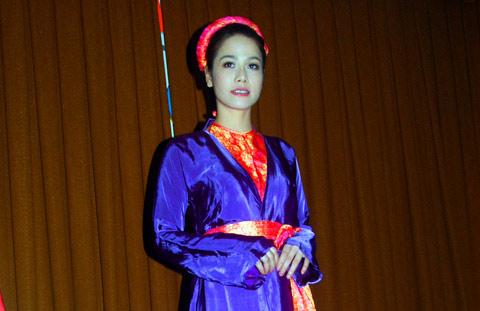 Nhật Kim Anh bật cúc áo 'hiến thân' - 7