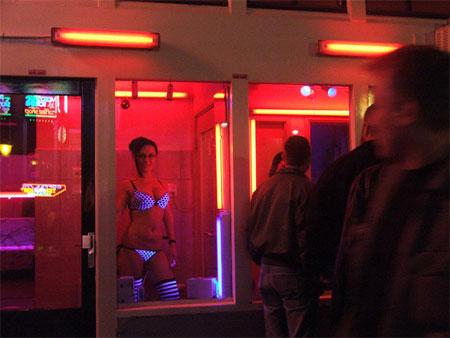"""Cận cảnh """"gái bán dâm"""" ở phố đèn đỏ - 1"""