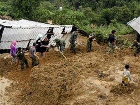 Lai Châu: Cả nhà bị vùi lấp vì sạt lở đất - 1