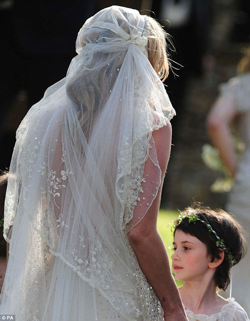 Kate Moss đẹp bất ngờ trong đám cưới - 6