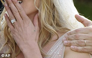 Kate Moss đẹp bất ngờ trong đám cưới - 4