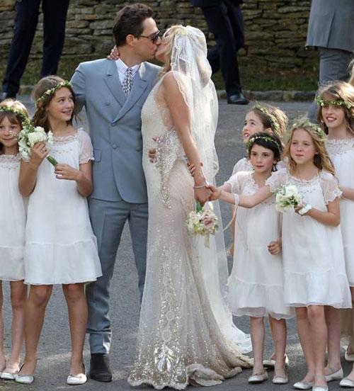 Kate Moss đẹp bất ngờ trong đám cưới - 7
