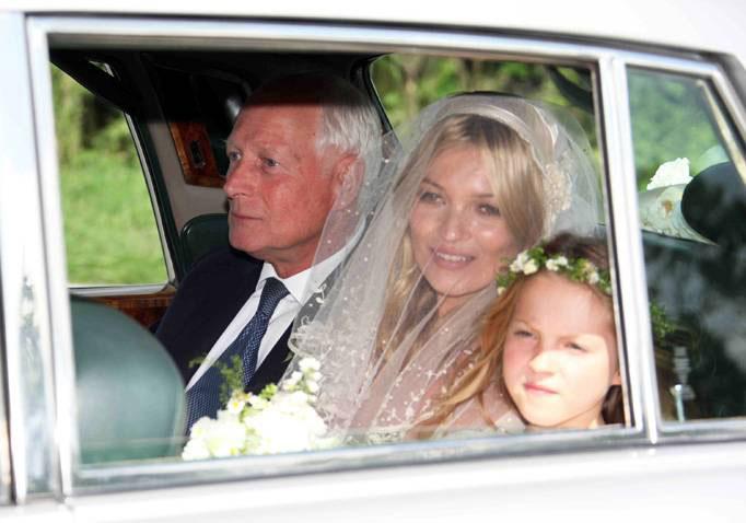 Kate Moss đẹp bất ngờ trong đám cưới - 10