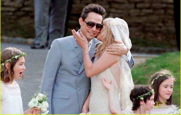 Kate Moss đẹp bất ngờ trong đám cưới - 12