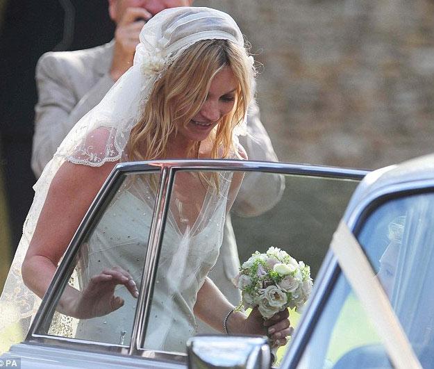 Kate Moss đẹp bất ngờ trong đám cưới - 8