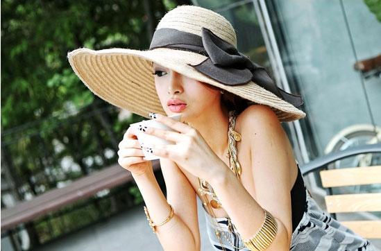 Sắm mũ rộng vành cho thời trang biển - 3