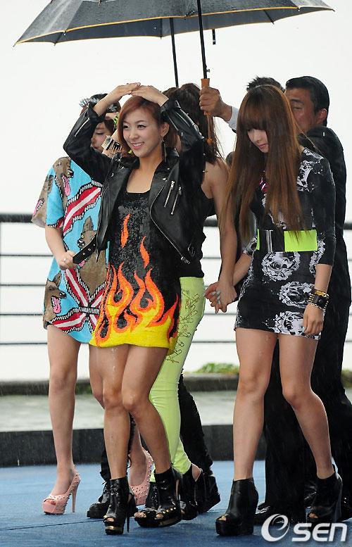Hoa hậu Hàn Quốc quyến rũ trong làn mưa - 13