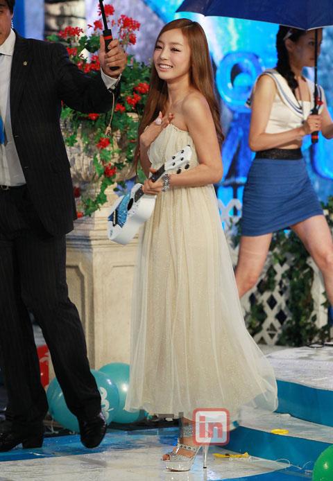 Hoa hậu Hàn Quốc quyến rũ trong làn mưa - 18