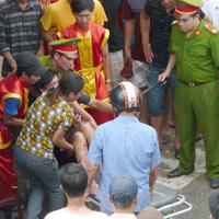 Trâu chọi phá rào húc 5 người bị thương
