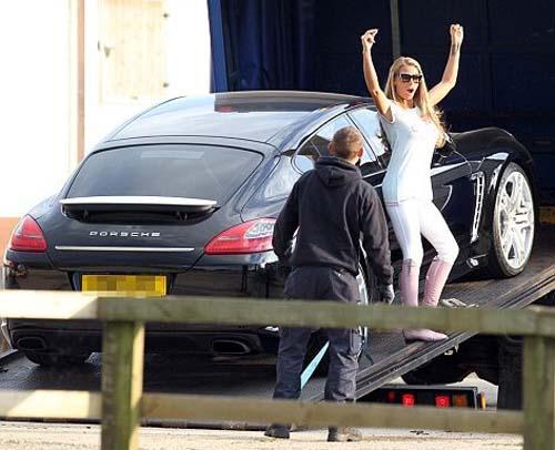 """Siêu mẫu ngực trần """"lại"""" tậu Porsche đen - 1"""
