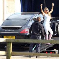 """Siêu mẫu ngực trần """"lại"""" tậu Porsche đen"""