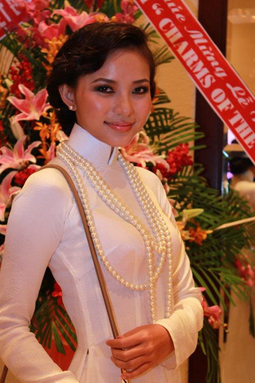 Giai nhân Việt duyên dáng với áo dài - 4