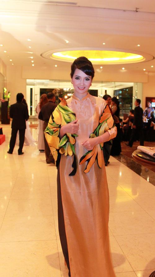 Giai nhân Việt duyên dáng với áo dài - 14