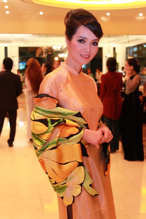 Giai nhân Việt duyên dáng với áo dài - 15