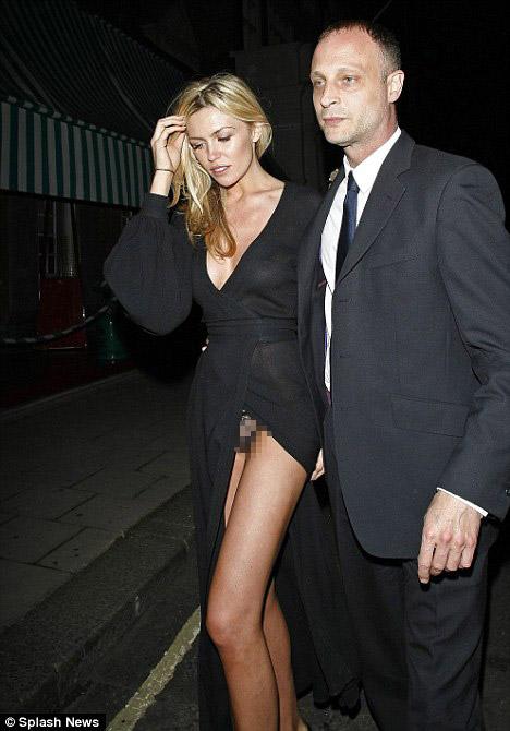 Người mẫu Anh gặp nạn với váy xẻ cao - 4