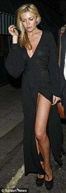 Người mẫu Anh gặp nạn với váy xẻ cao - 3